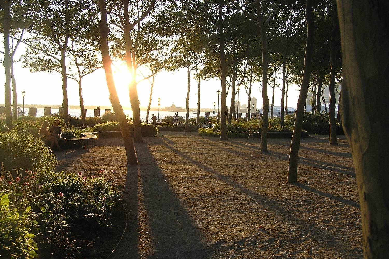 Photo de Battery Park au coucher du soleil.