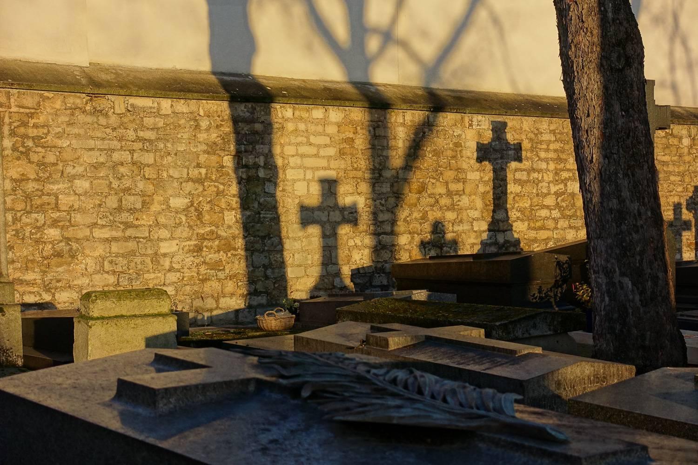 Photo d'un cimetière parisien en automne.