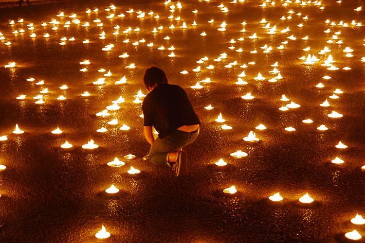 Photo de bougies allumées lors d'une cérémonie au festival artistique Nuit Blanche.