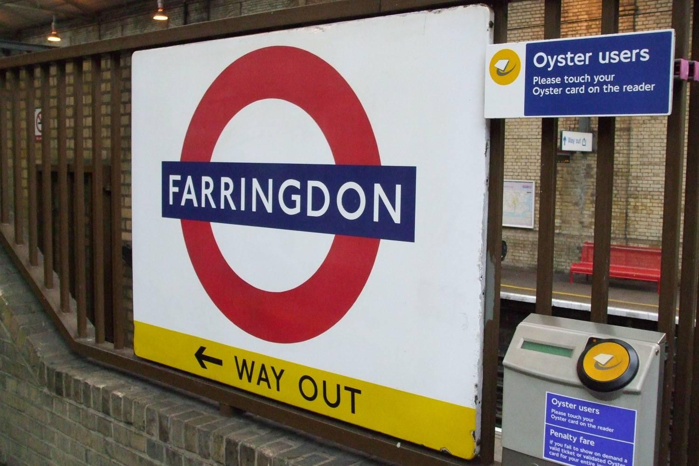 Photographie d'une borne de validation jaune pour les Oyster cards à l'entrée de la station de métro Farringdon.