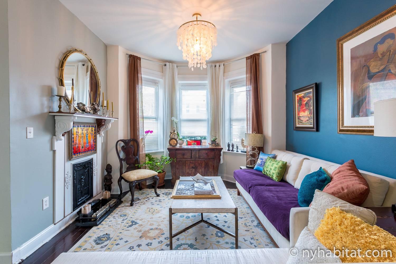 Photo du salon de l'appartement NY-17903 avec baies vitrées et cheminée décorative