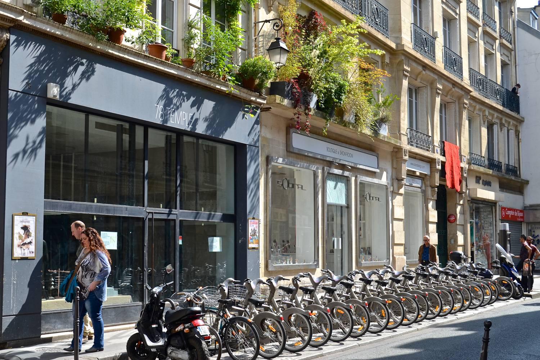Photographie d'une station Vélib' Métropole dans une rue de Paris.