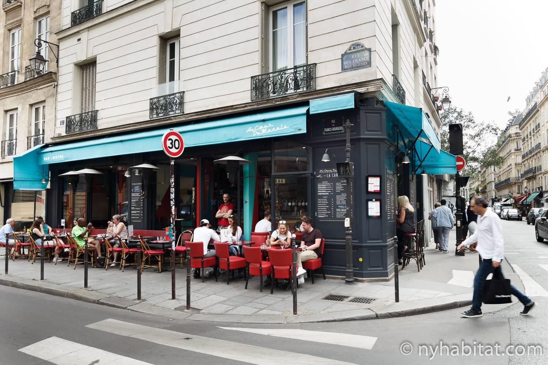 Photo d'un café donnant sur la rue dans le Marais.