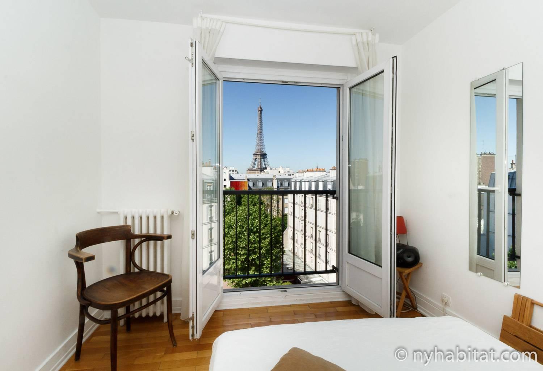 Photo de la chambre de l'appartement PA-3384 avec un fauteuil et une fenêtre ouverte.
