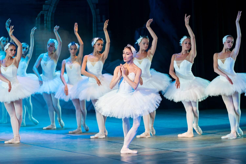 Photo du ballet Le Lac des Cygnes à l'Opéra de Paris.