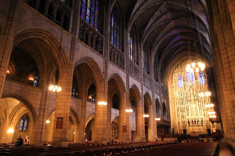 Photo de l'intérieur de l'église Saint-Barthélemy.