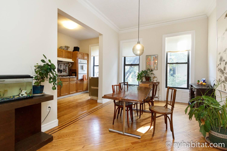 Photo de la salle à manger de la location de vacances NY-14852 de Crown Heights, avec une plante décorative sur le côté.