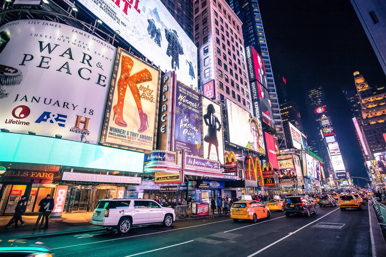Image des panneaux publicitaires de Broadway éclairés par des néons (Crédit Photo : Unsplash)