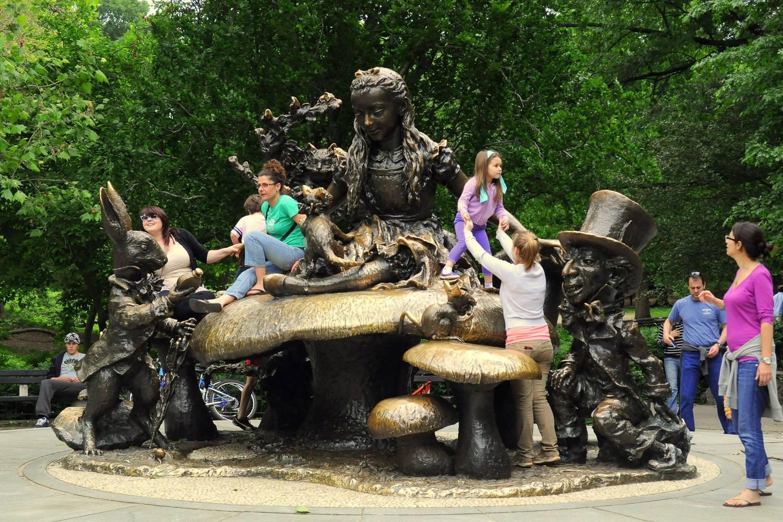 Image d'enfants escaladant la statue d'Alice au Pays des Merveilles dans Central Park à New York (Crédit photo : Pratyeka CC BY SA 3.0)