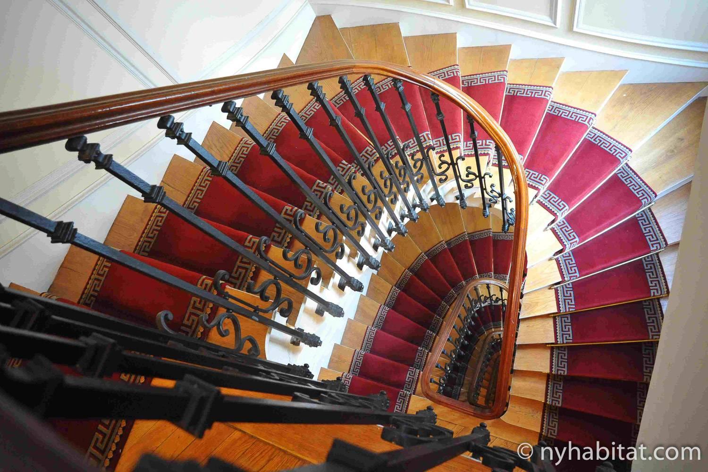 Photo de l'escalier du bâtiment des Champs-Élysées qui abrite l'appartement PA-4133.