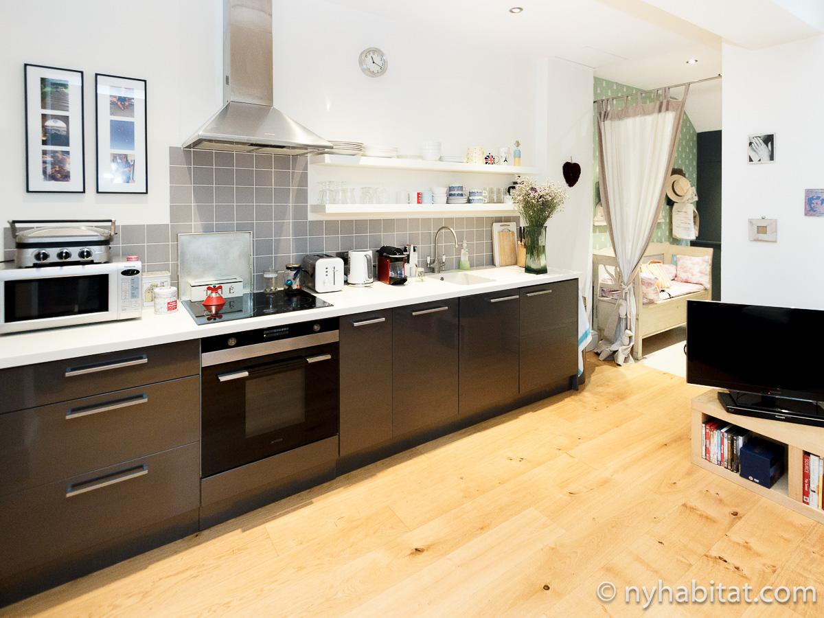 Photographie de la cuisine de l'appartement LN-450 avec appareils électroménagers en acier inoxydable