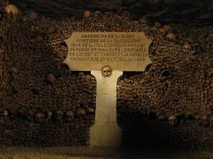 Il lato oscuro di Parigi: alla scoperta delle catacombe