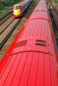 Due treni Gatwick Express si incrociano lungo il percorso per l'aeroporto di Gatwick