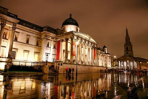 Trafalgar Square e la National Gallery in un giorno di pioggia a Londra