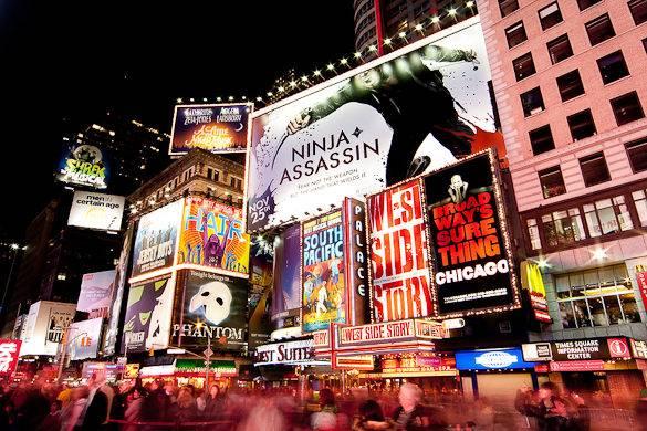 Pannelli multicolore a Times Square annuncianti i musical a Broadway, New York