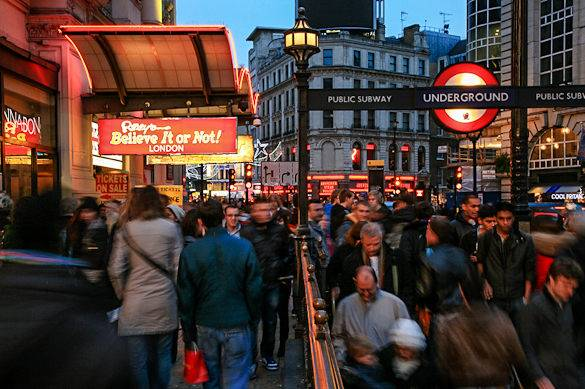 Il West End di Londra brulicante di gente in un giorno di pioggia