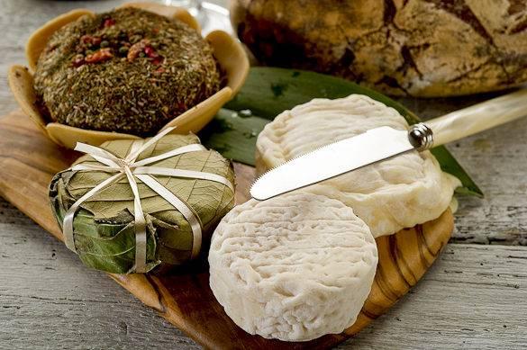Immagine di un piatto di formaggi francesi