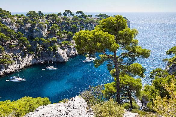 Foto di un calanchio vicino Marsiglia con il Mar Mediterraneo