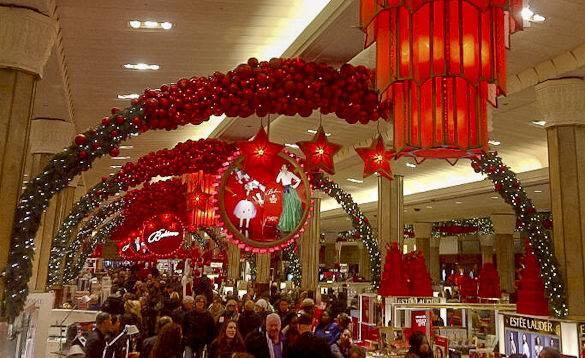 Foto di persone che fanno shopping il Venerdì Nero a New York