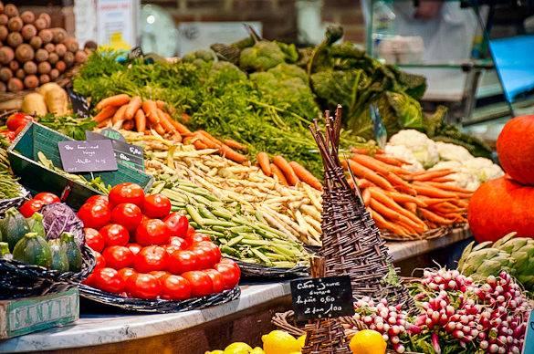 Foto di verdura fresca al mercato di Les Halles Castellane a Montpellier