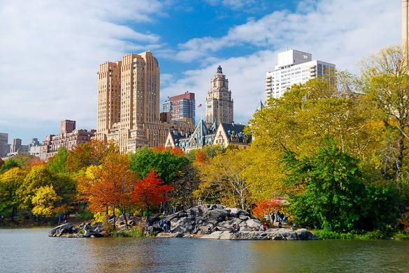 Foto degli alberi in autunno attorno al lago di Central Park