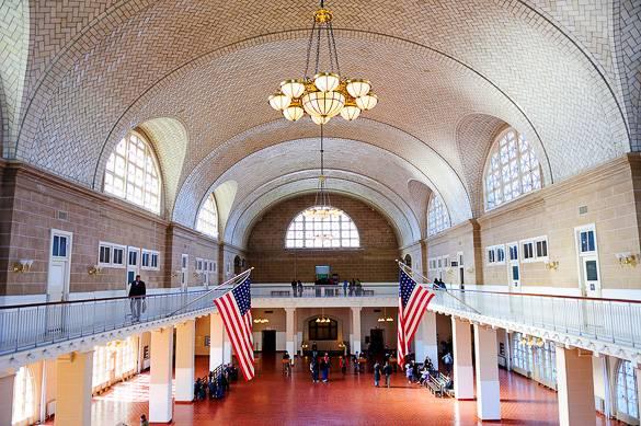 Immagine della Great Hall dell'Immigration Museum di Ellis Island