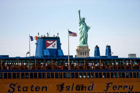 Immagine dello Staten Island Ferry e della Statua della Libertà a New York