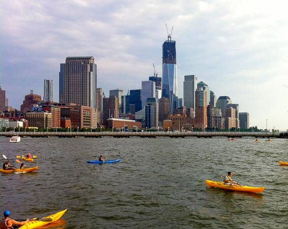 Persone in kayak sul fiume Hudson a Lower Manhattan