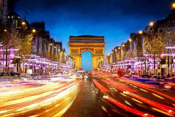 Champs Elysées ornati con luci natalizie a Parigi