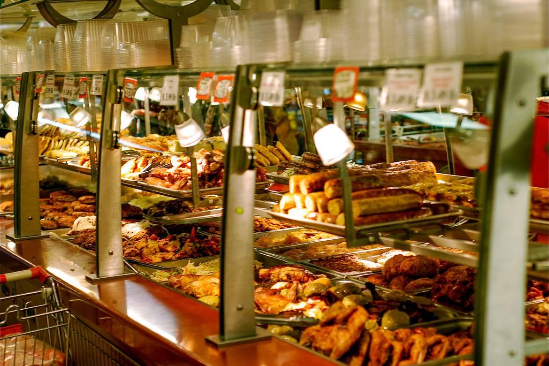 Foto del buffet russo al Brighton Bazaar a Brooklyn, New York City.