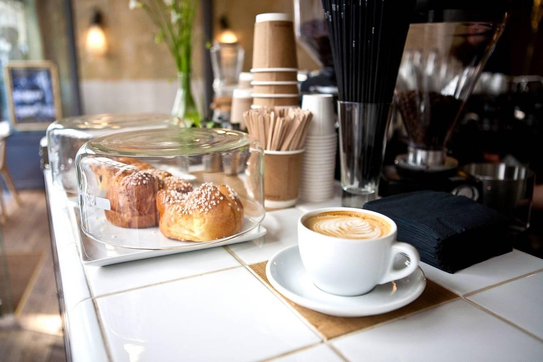 Immagine di un cappuccino al Coutume Café di Parigi