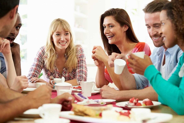 Foto di coinquilini che fanno colazione insieme nel loro appartamento in condivisione