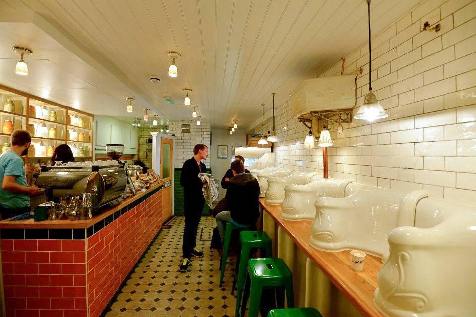 Immagine del bellissimo interno del caffè The Attendant di Londra
