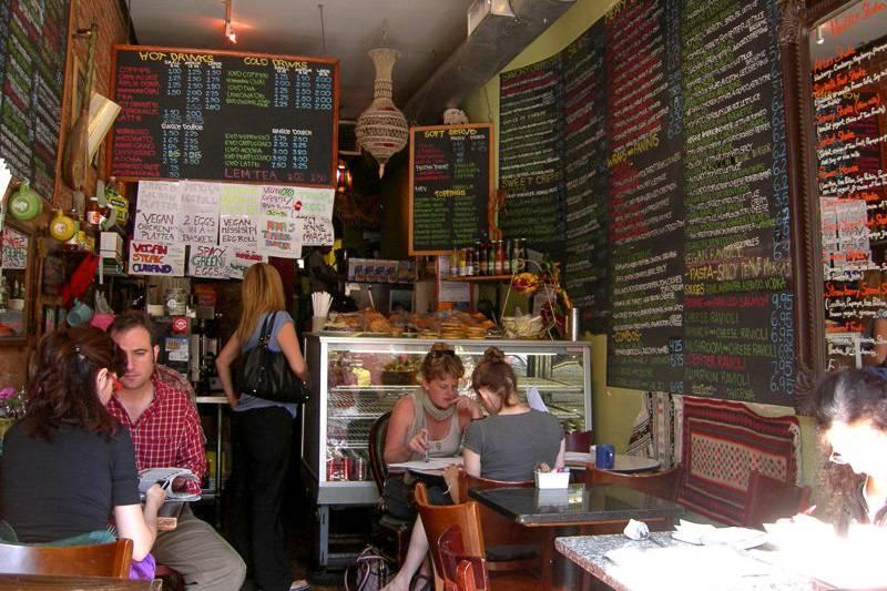 Foto degli interni dell'Atlas Café nel Lower East Side