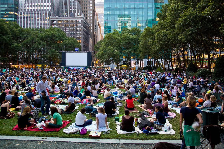 Immagine di una proiezione cinematografica a Central Park. Foto: Jason Kuffer.