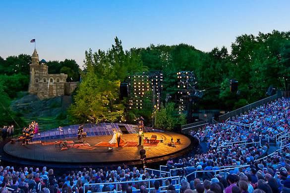 Immagine di una rappresentazione dello Shakespeare in the Park al Delacorte Theatre