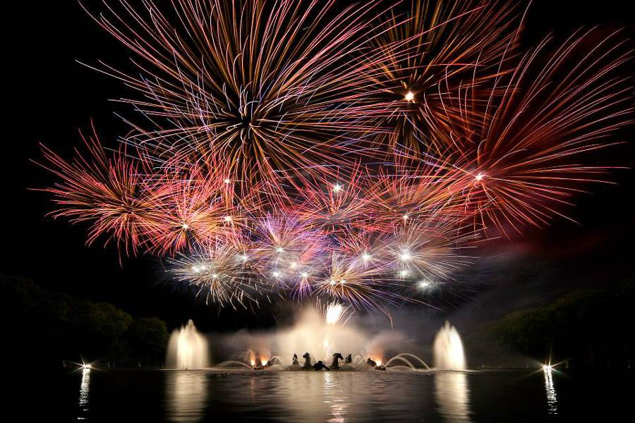 Immagine dello spettacolo di luci sulla fontana durante Les Grandes Eaux Nocturnes et Sérénade a Versailles