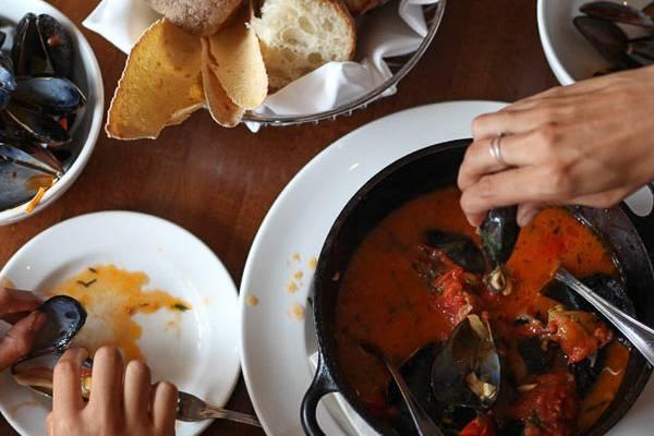 Immagine di un tavolo con pane e frutti di mare