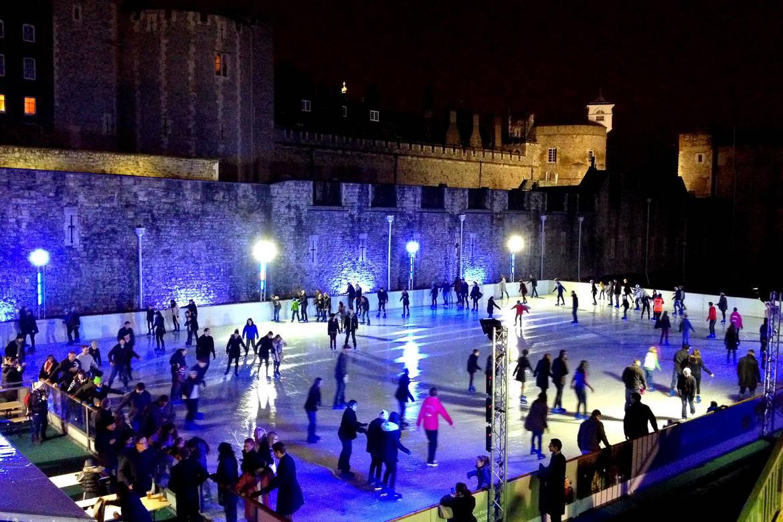 Il pattinaggio su ghiaccio fuori dalla merlatura della Torre di Londra