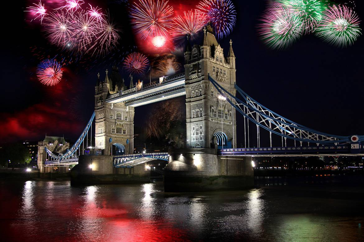 I fuochi d'artificio esplodono alle spalle del Tower Bridge