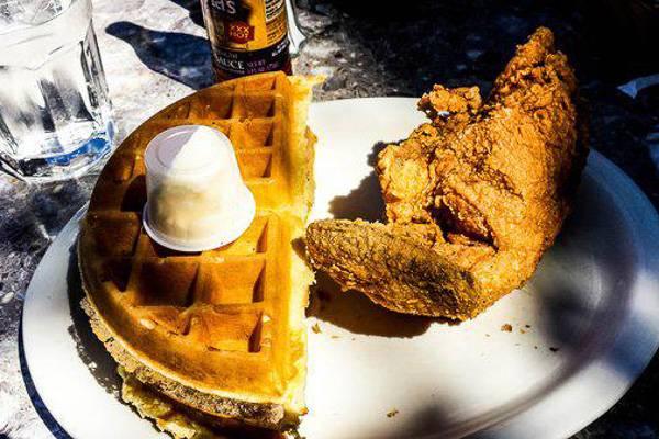 Foto di un piatto di waffle e pollo fritto.