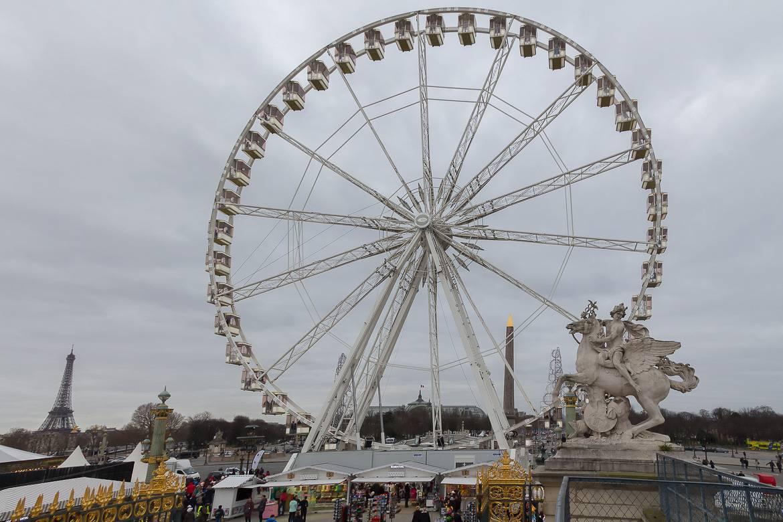 Shopping natalizio vicino alla ruota di Parigi Ferris
