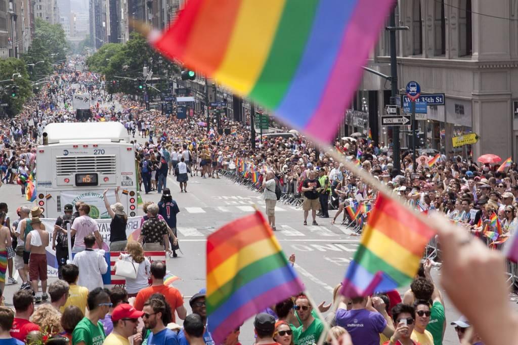 Newyorkesi sulla 5th Avenue dimostrano orgoglio e solidarietà con la comunità LGBTQ.