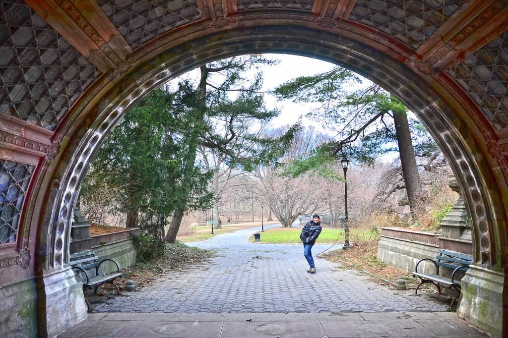 Immagine di un uomo sotto un ponte in un sentiero di Prospect Park, Brooklyn