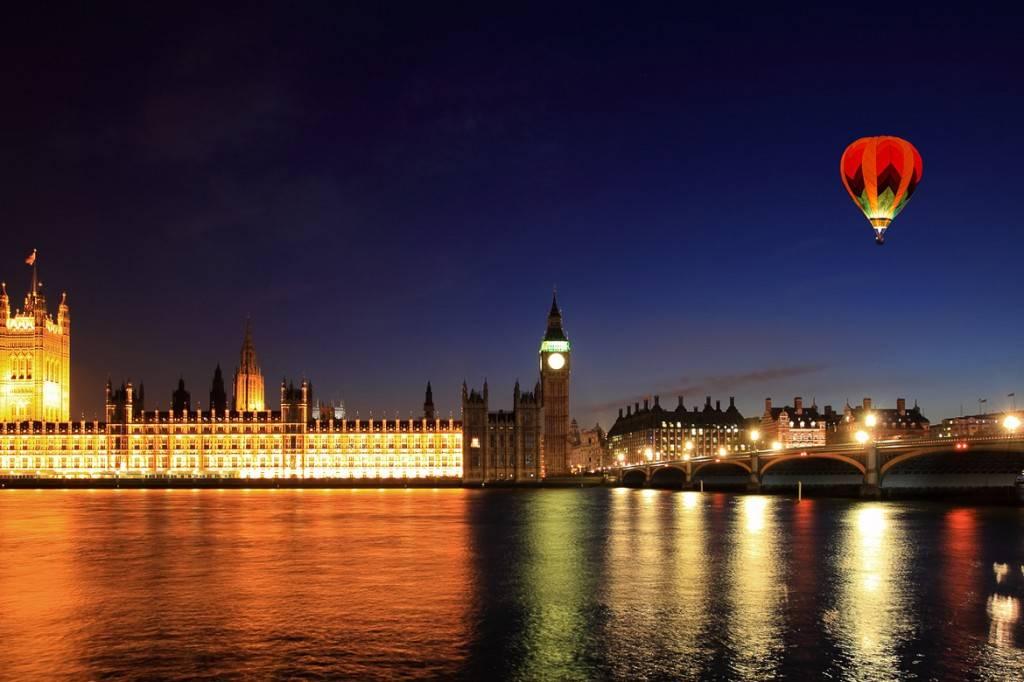 Una mongolfiera in volo sopra Londra