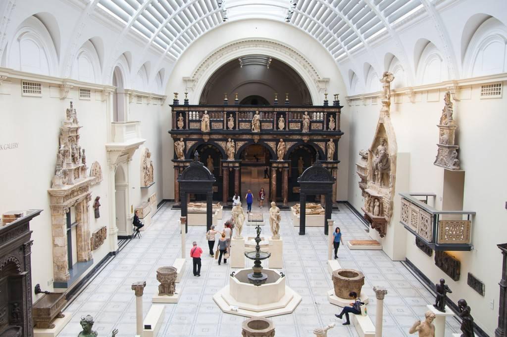 Immagine del grande salone del Victoria and Albert Museum a Londra