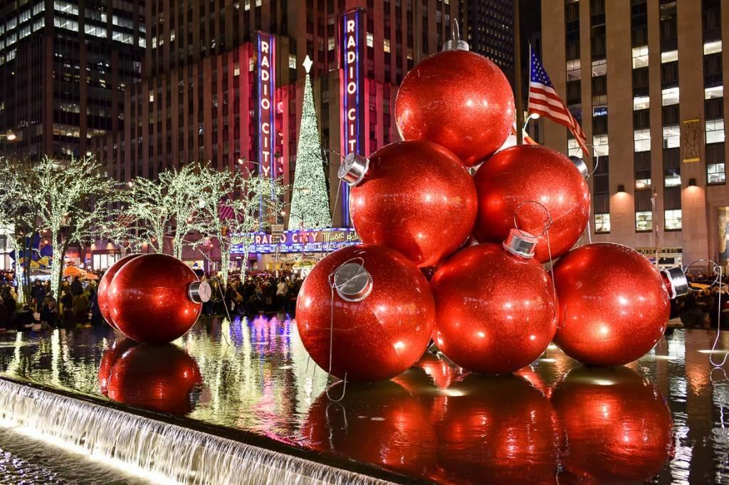 Immagine delle decorazioni fuori Radio City Music Hall