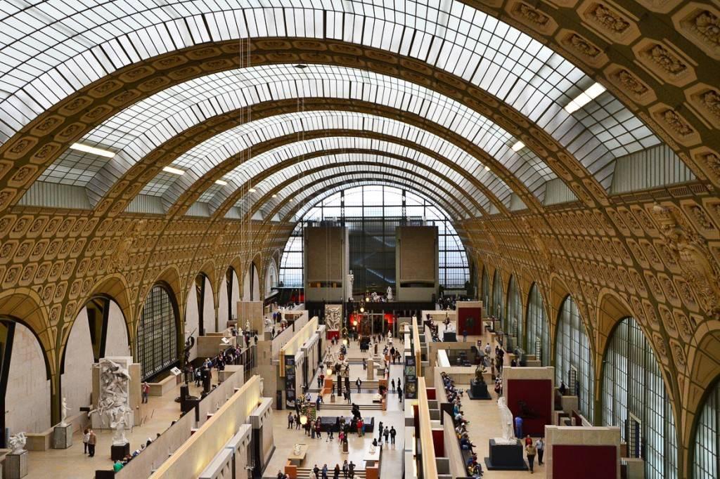 Immagine del soffitto del Museo d'Orsay che guarda le gallerie
