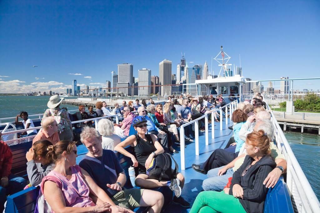 Immagine di passeggeri su un traghetto diretto a Governor's Island
