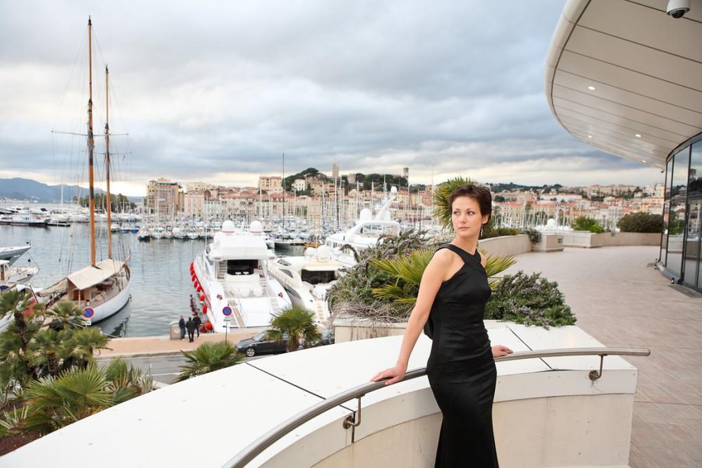 Modella sul balcone del Palais des Festivals a Cannes